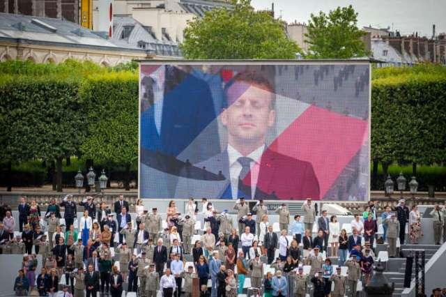 Une image d'Emmanuel Macron retransmise en direct lors de la cérémonie militaire de la Fête nationale, place de la Concorde à Paris, le 14 juillet.
