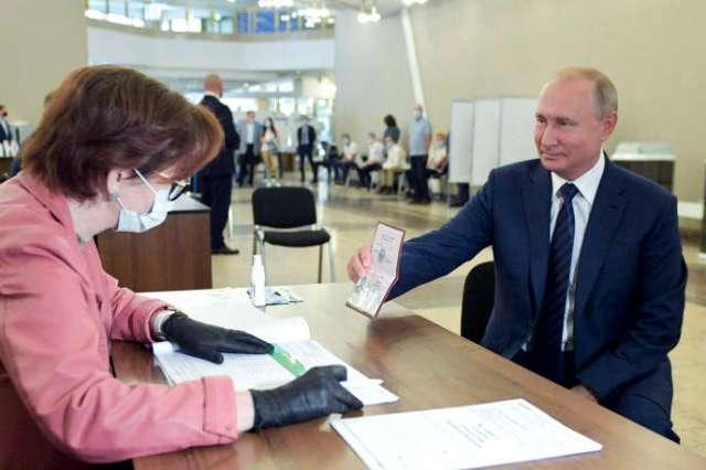 Vladimir Poutine a voté à Moscou, mercredi 1er juillet.