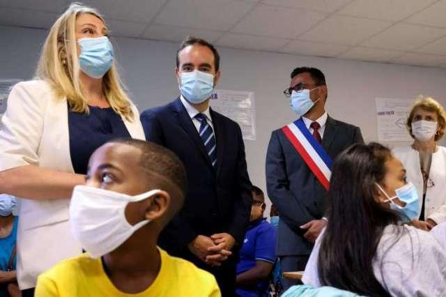 Sébastien Lecornu visite une classe du Port, à La Réunion, le 17 août.