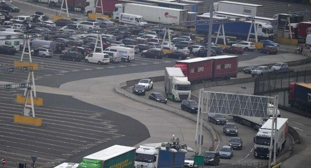 De nombreux véhicules débarquent de Calais (Pas-de-Calais) au port de Douvre au Royaume-Uni. AFP/Ben Stansall