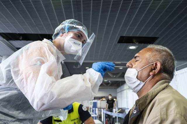 Un test PCR réalisé à l'aéroport de Bâle-Mulhouse, le 4 août 2020. ( AFP / SEBASTIEN BOZON )
