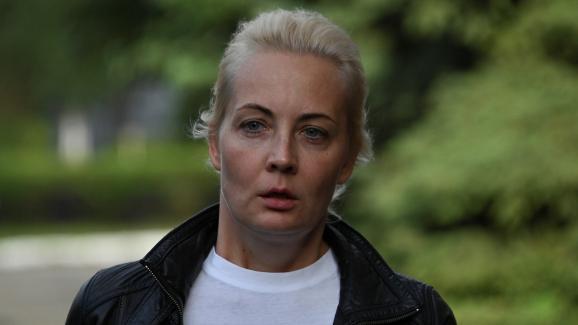 La femme de l\'opposant russe Alexeï Navalny,Ioulia Navalnaïa, près de l\'hôpital où il est admis en réanimation, à Omsk, en Russie, le 21 août 2020.