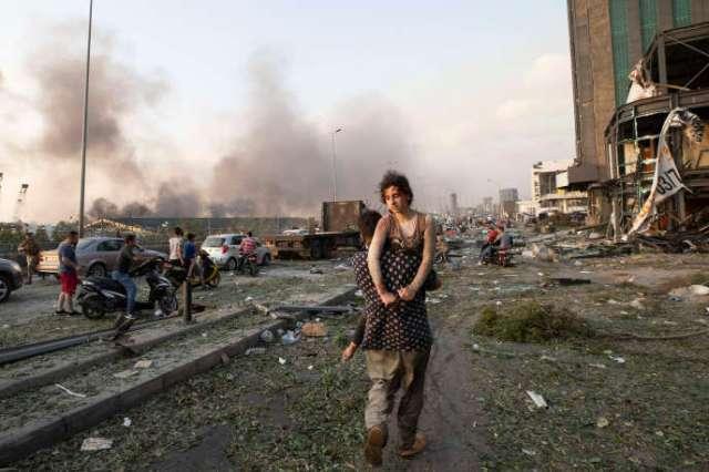 Evacuation de blessés après une double explosion à Beyrouth, le 4 août.