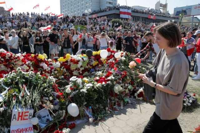 Des manifestants rendent hommage, samedi 15 août, à Alexandre Taraïkovski, sur la place où il a été tué lors des récentes manifestations contre la réélection controversée du président Alexandre Loukachenko