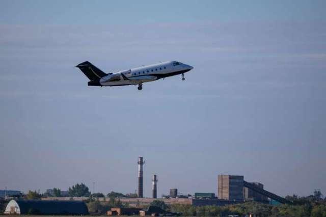 L'avion médical transportant l'opposant russe Alexeï Navalny vers l'Allemagne décolle de la ville sibérienne d'Omsk, le 22août.
