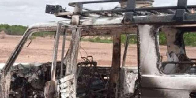 Le véhicule des humanitaires, après son attaque, près de Kouré, à une soixantaine de kilomètres de Niamey, le 9 août 2020.