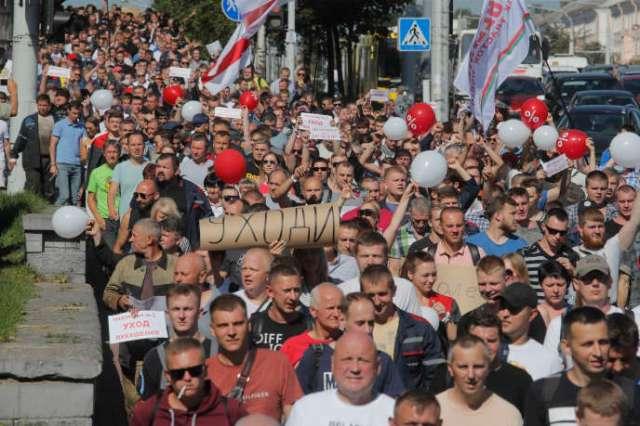 Des milliers d'employés ont manifesté contre le président biélorusse, lundi 17 août 2020.