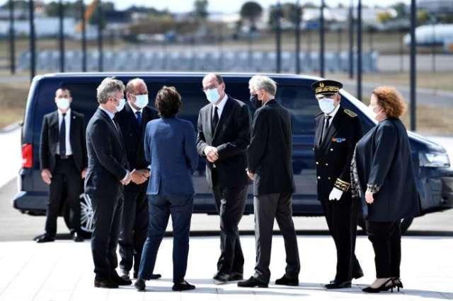 Jean Castex, Eric Dupond-Moretti et Jean-Baptiste Lemoyne arrivent à la cérémonie rendue en hommage aux six humanitaires français tués au Niger, a l'aéroport d'Orly, le 14 août 2020.
