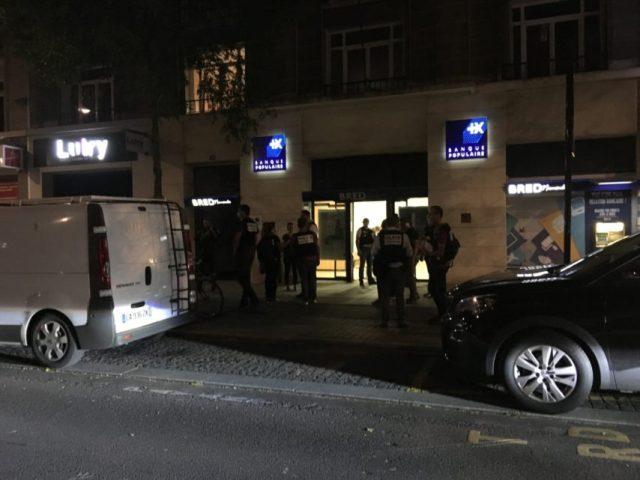 Un Havrais de 34 ans est entré dans la banque Bred du boulevard de Strasbourg du Havre, vers 17 heures. Il est ressorti, les mains en l'air, peu avant 23 heures, entouré des hommes du Raid, jeudi 6 août 2020.