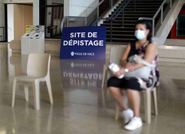 Une femme attend pour se faire dépister, à Nice (Alpes-Maritimes), lundi 14septembre.
