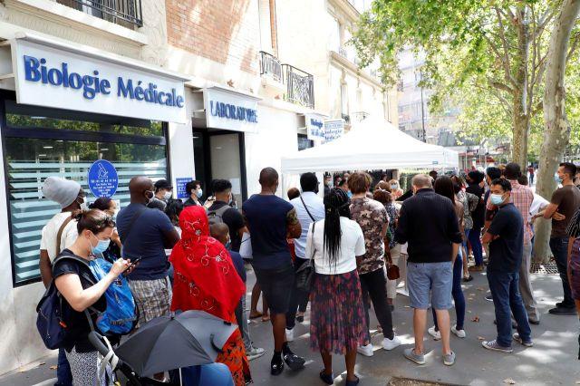 La queue pour se faire tester dans un laboratoire, à Paris. LP/Delphine Goldsztejn