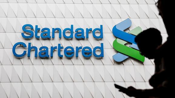 Logo de la banque Standard Chartered, mise en cause dans les FinCEN Files, à Hong Kong, le 2 août 2017.