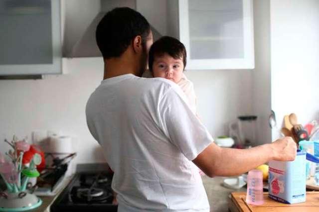 Actuellement fixé à quatorze jours, le congé paternité sera désormais de vingt-huit jours (photo d'illustration).
