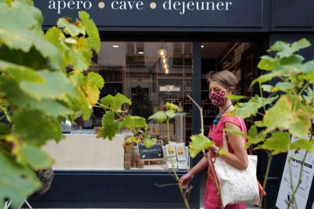 Une femme porte un masque afin de se protéger de l'épidémie due au nouveau coronavirus et pour se promener dans les rues de Paris, le 11 septembre 2020.