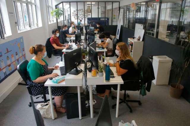 Dans les bureaux d'une start-up, le 19 août à Paris.