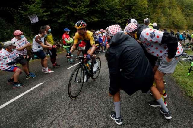Le Slovène Primoz Roglic dans la montée du col de Marie Blanque, au milieu des spectateurs, dimanche 6 septembre