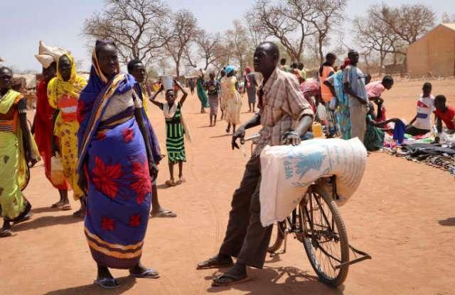 Un réfugié soudanais vient de récupérer un sac de denrées alimentaires auprès du Programme alimentaire mondial, le 20 février 2018 à Yida, au Soudan du Sud.