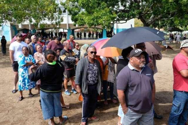 Une file d'attente devant un bureau de vote de Nouméa, samedi 4 octobre.