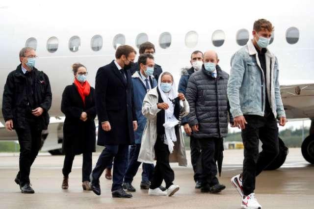 Sophie Petronin à son arrivée à Paris, entourée d'Emmanuel Macron et de Jean-Yves Le Drian.