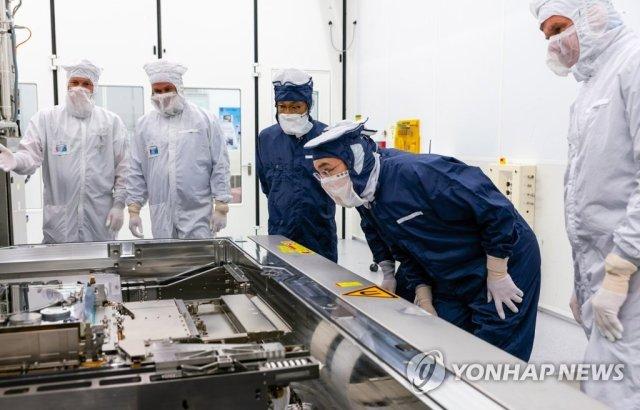 Lee Jae-Yong At ASML Plant Checking EUV Equipment