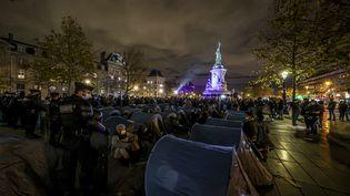 Des gendarmes tentent d'évacuer des tentes de migrants, place de la République, à Paris, le 23 novembre 2020. (SEBASTIEN MUYLAERT / MAXPPP)