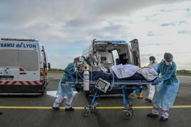 Evacuation sanitaire d'un malade du Covid sur l'aéroport de Bron, près de Lyon en France, le 16 novembre 2020 ( POOL / Philippe DESMAZES )