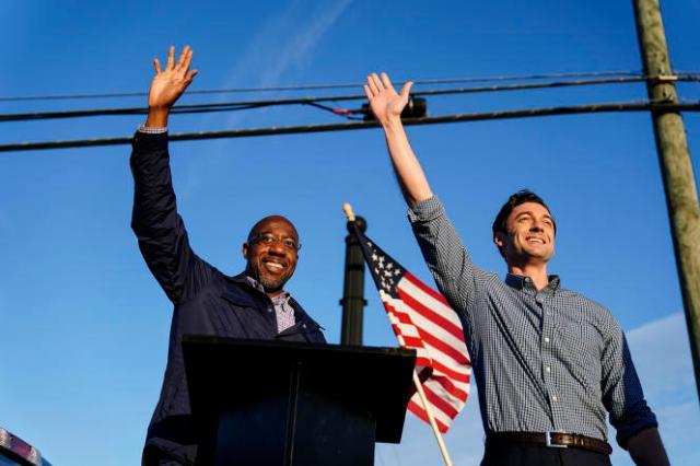 Les deux candidats démocrates, Raphael Warnock, à gauche, et Jon Ossoff, à droite, en campagne à Marietta, le 15 novembre 2020.