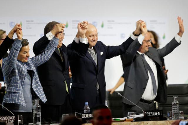 De gauche à droite : Christiana Figueres, chargée de la Convention climat pour les Nations unies, Ban Ki-moon, secrétaire général des Nations unies, Laurent Fabius, président de la COP21 et François Hollande, le président français, le 12 décembre 2015, lors de l'adoption de l'accordde Paris à la COP21, au Bourget (Seine-Saint-Denis).