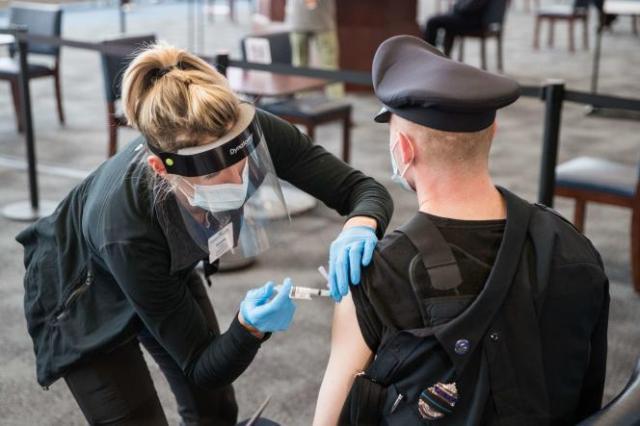 Un policier reçoit son vaccin contre le Covid-19 sur le site de vaccination de Gillette Stadium, le 15 janvier 2021, à Foxborough, Massachusetts.