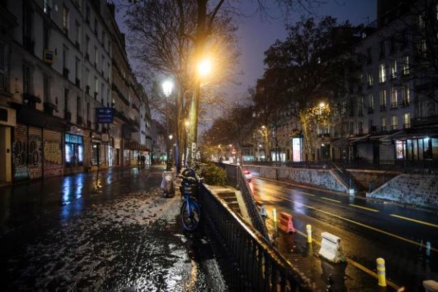 Une rue déserte de Paris, à l'entrée en vigueur du couvre-feu de 18 heures, le 16 janvier.