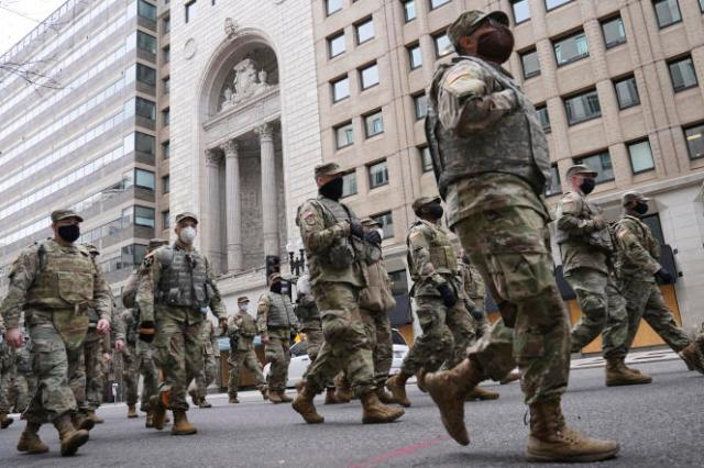 La Garde nationale se dirige vers le Capitole alors que la sécurité est renforcée avant la cérémonie d'investiture du président élu Joe Biden, lundi 18 janvier 2021, à Washington.