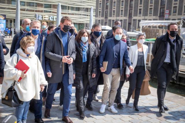 Les participants à la réunion des gauches sortent autour de Yannick Jadot et tentent d'organiser une photo de famille devant la presse, à Paris, le 17 avril 2021.