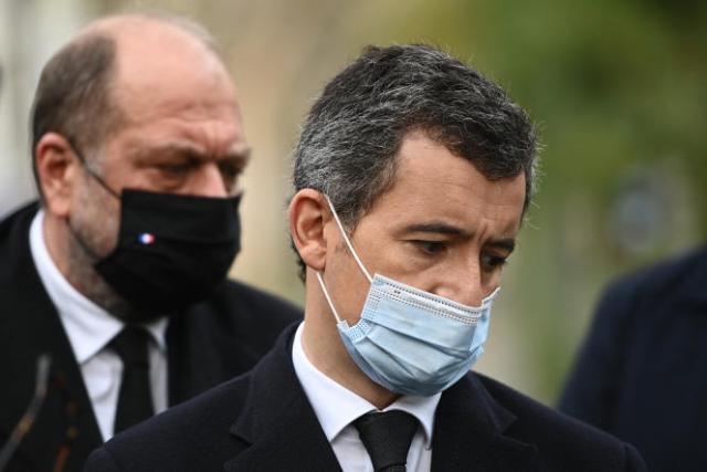 Eric Dupond-Moretti et Gérald Darmanin, lors d'une exposition photo au parc May-Picqueray, près du Bataclan, à Paris, le 13 novembre 2020.