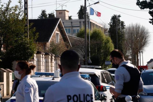 Des policiers à proximité du commissariat de Rambouillet où l'une de leur collègue a été tuée,vendredi 23 avril