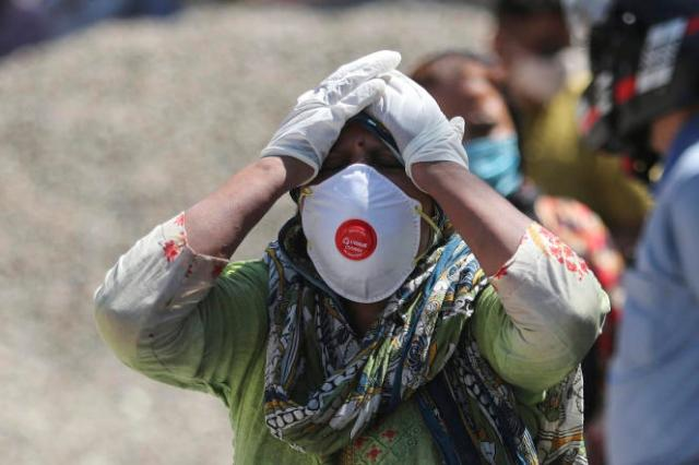 Une femme pleure la mort d'un proche, à Jammu, en Inde, dimanche 25 avril.
