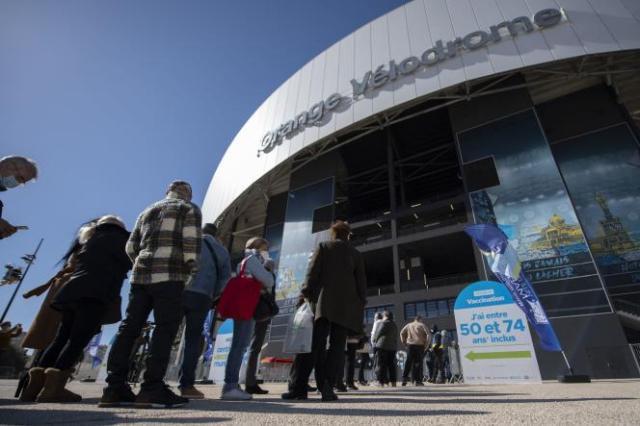 La file d'attente devant lecentre de vaccination contre le Covid-19 du Stade-Vélodrome de Marseille, le 15 mars.