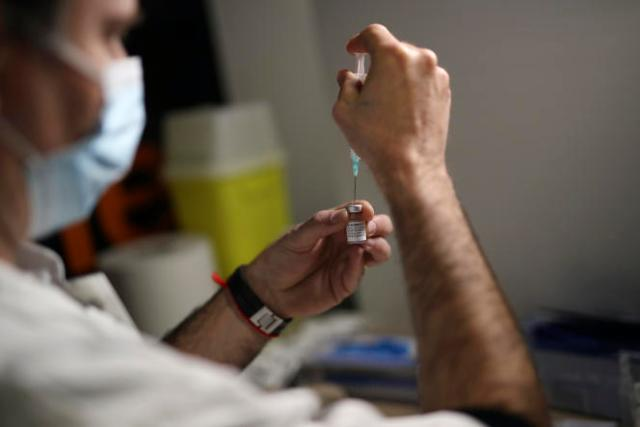 Préparation d'une dose de vaccin du laboratoire Pfizer, au centre duStade-Vélodrome deMarseille, le 15 mars.