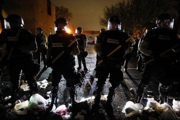 Après qu'une policière a tué un jeune afro-américain, Daunte Wright, des manifestations ont eu lieu à...