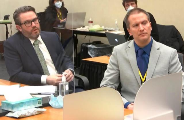 Capture d'écran montrant l'avocat Eric Nelson (gauche) et son client Derek Chauvin, au tribunal de Minneapolis (Minnesota), le 19 avril.