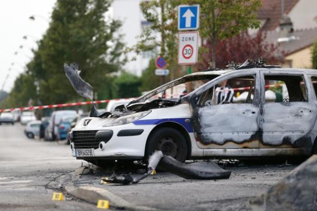 Le 8 octobre 2016, une vingtaine de personnes avaient pris d'assaut deux voitures de police dans le quartier de la Grande Borne.