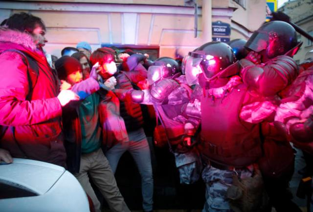 Des manifestants font face à la police lors d'un rassemblement de soutien à Alexeï Navalny, à Saint-Pétersbourg (Russie), le 21 avril.