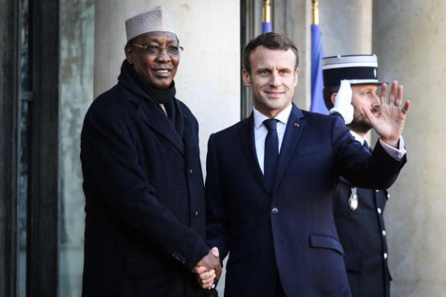 Les présidents Idriss Déby et Emmanuel Macron au palais de l'Elysée, à Paris, le 12novembre 2019.