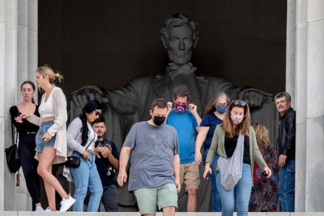 Au Lincoln Memorial à Washington, des visiteurs avec ou sans masque, vendredi 14 mai 2021.