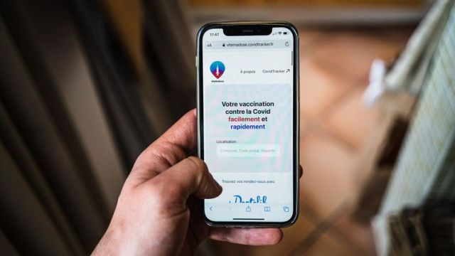 L'application ViteMaDosepermet de trouver les créneaux de vaccination encore disponibles. (AMAURY CORNU / HANS LUCAS / AFP)