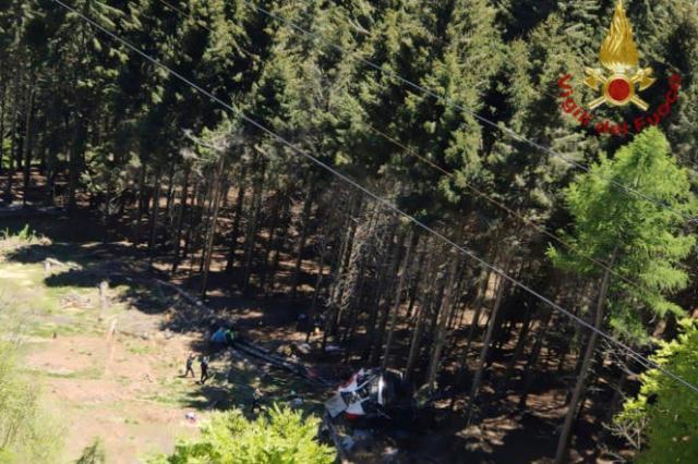 L'épave d'un téléphérique est vue au sol après son effondrement près du sommet de la ligne Stresa-Mottarone dans la région du Piémont, dans le nord de l'Italie, dimanche 23 mai 2022.