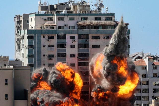 Frappe israélienne sur l'immeuble Al-Jalaa qui abritait les bureaux d'Al-Jazira et d'Associated Press à Gaza City, le 15 mai 2021.