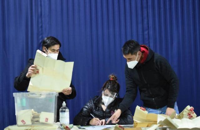 Dépouillement des bulletins à l'issuede l'élection constituante, à Santiago, capitale du Chili, le 16 mai 2021.