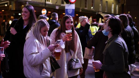 Des clients dans les pubs de Londres suite à l\'assouplissement des régles de confinement, le 12 avril 2021. Photo d\'illustration.