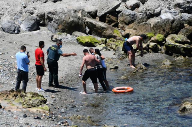 Une femme arrive à la nage de l'enclave espagnole de Ceuta, lundi 17mai 2021.