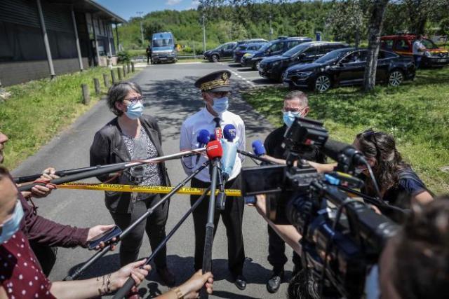 Le préfet de Dordogne, Frédéric Périssat (au centre), la procureure Solène Belaouar et le général André Petillot donnent une conférence de presse sur l'arrestation de Terry Dupin, au Lardin- Saint-Lazare (Dordogne), le 31 mai.